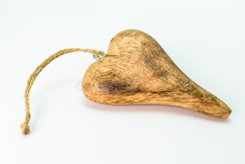 Corazón de madera aislado en el fondo blanco con el espacio de la copia, visión desde el top fotos de archivo libres de regalías