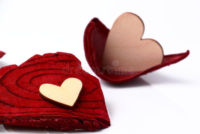 Corazón de madera en un fondo rojo fotografía de archivo libre de regalías