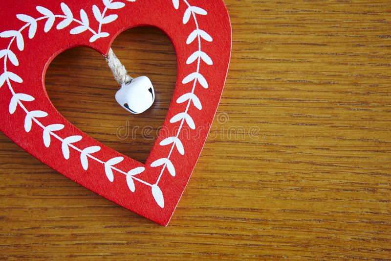 Corazón de madera hecho a mano de la Navidad en color rojo y blanco foto de archivo libre de regalías