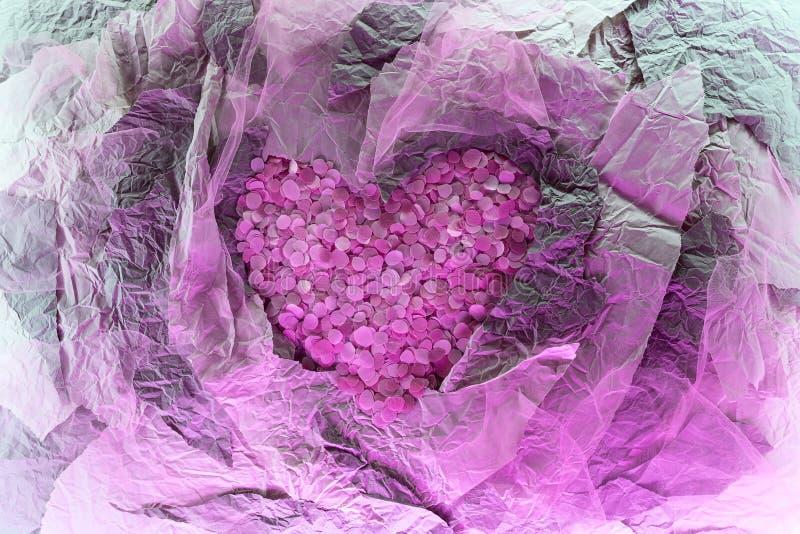 Corazón de pétalos rosados en la composición de papel foto de archivo libre de regalías