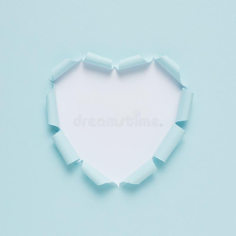 Corazón de papel rasgado vivo en fondo brillante Amor mínimo o como concepto Endecha plana foto de archivo libre de regalías