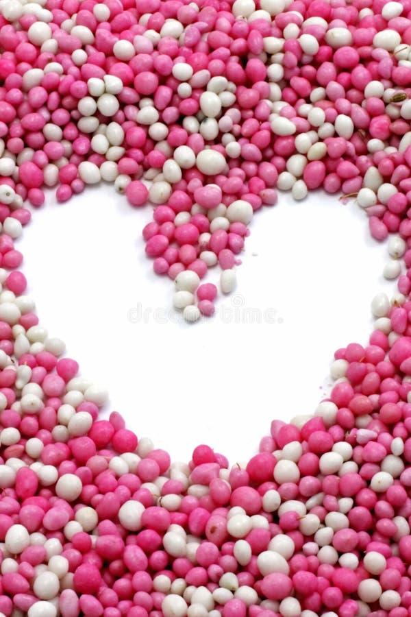 Corazón de pequeñas bolas coloreadas fotografía de archivo libre de regalías