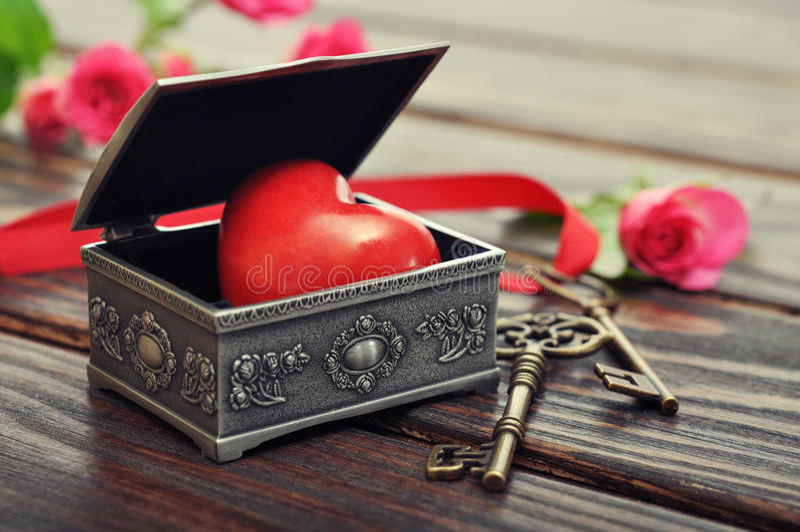 Corazón de piedra en caja de regalo del vintage imagenes de archivo