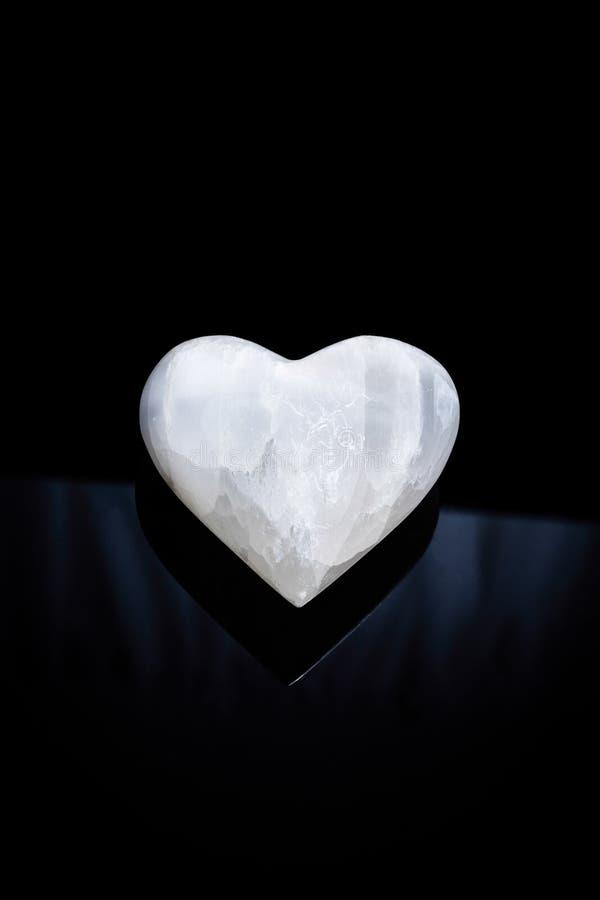 Corazón de piedra en fondo negro foto de archivo libre de regalías