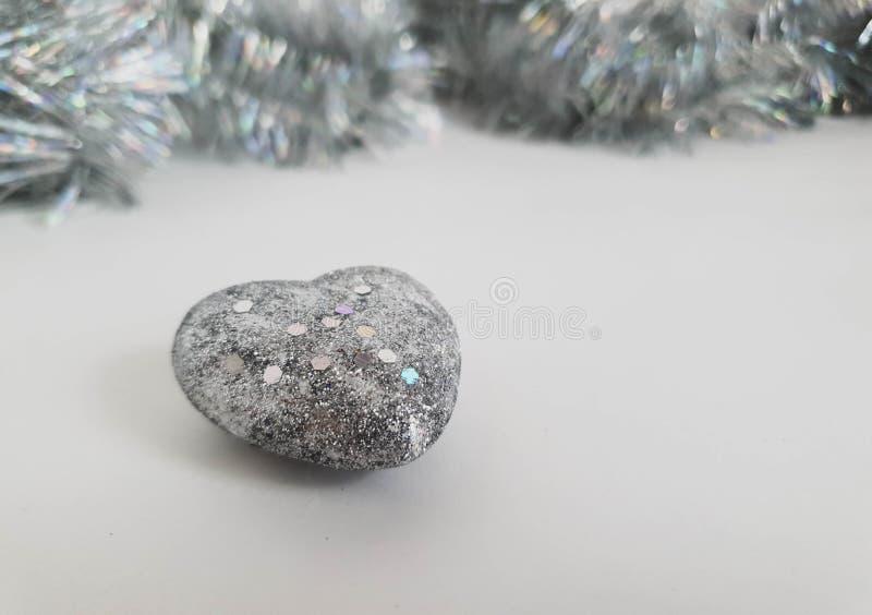 Corazón de plata brillante, juguete del árbol de navidad, en el fondo blanco foto de archivo libre de regalías