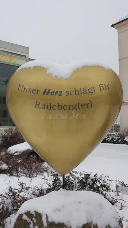 Corazón de Radeberger delante de la fábrica fotos de archivo