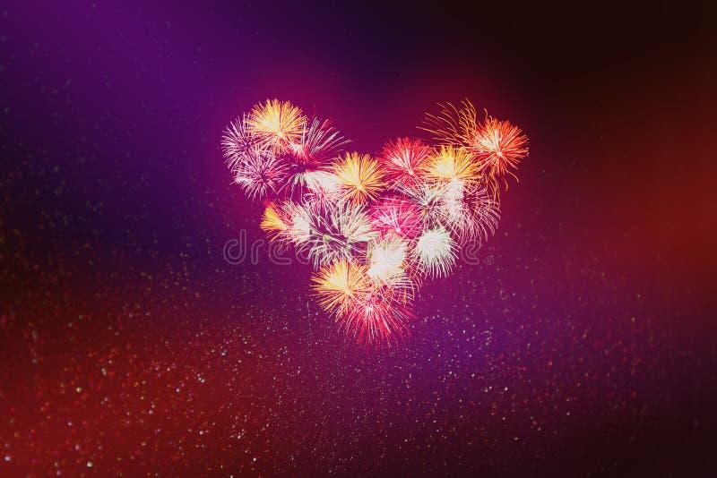 Corazón de saludos en día de San Valentín en un fondo rojo abstracto con las estrellas que brillan intensamente y bokeh bajo la f imagenes de archivo