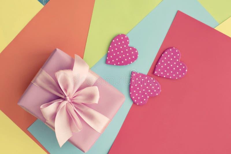 Corazón decorativo coloreado Valentine' de las hojas de papel; rosa del lazo de satén de la cinta de la caja de regalo del dí fotografía de archivo libre de regalías