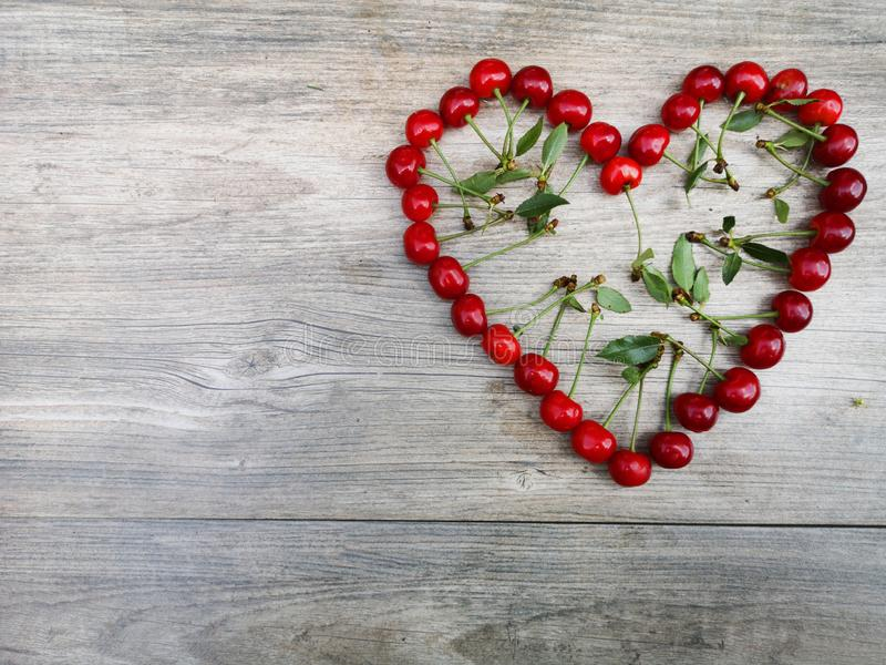 Corazón del amor de la fruta del verano de la cereza fotografía de archivo