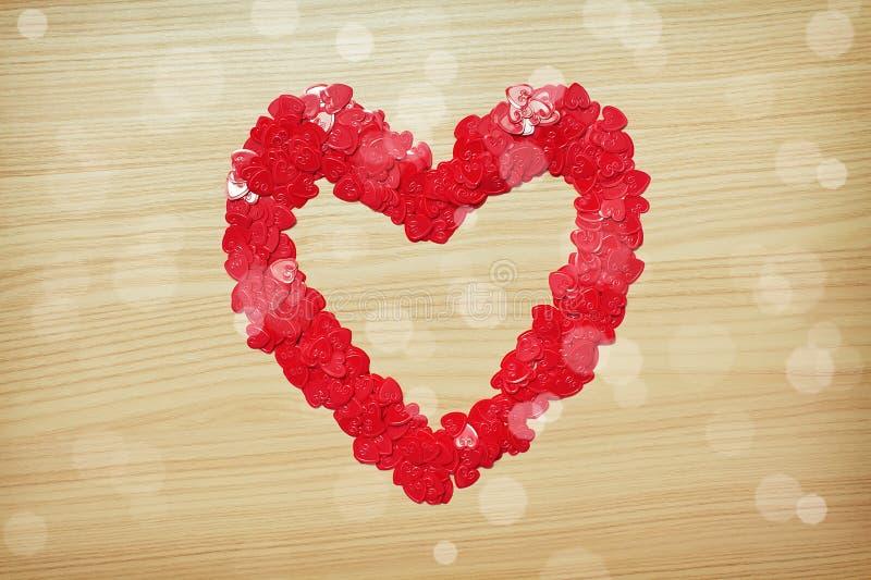 Corazón del amor hecho con confeti en forma de corazón fotografía de archivo