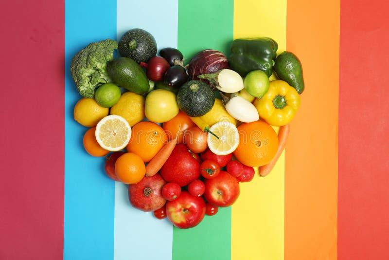 Corazón del arco iris hecho de frutas y verduras imagen de archivo libre de regalías