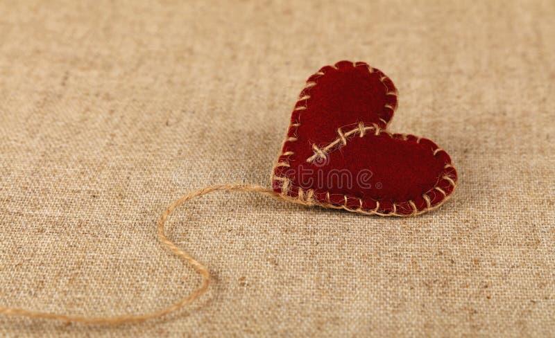 Corazón del arte del fieltro de Brown sobre cierre de la lona para arriba fotografía de archivo libre de regalías