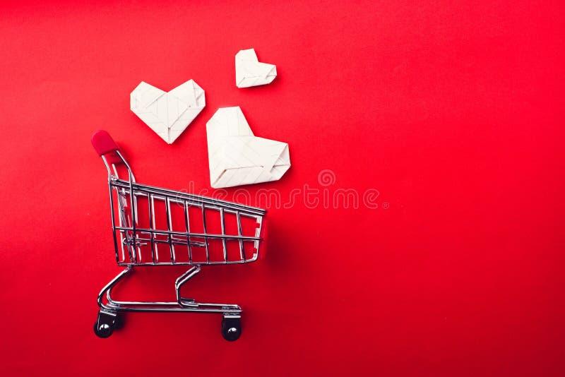 Corazón del carro de la compra y del papel fotos de archivo libres de regalías