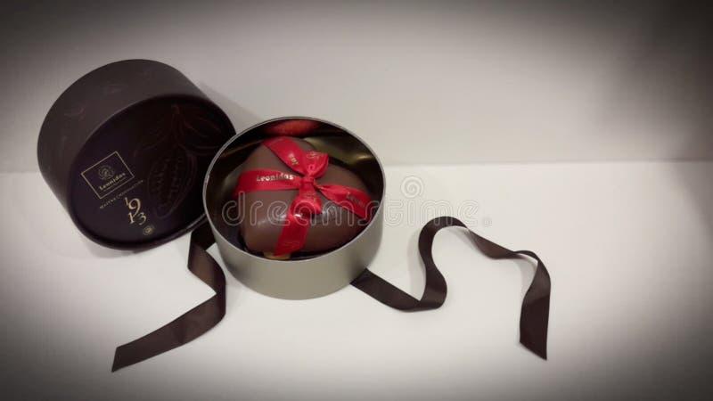 Corazón del chocolate de la caja de regalo fotografía de archivo