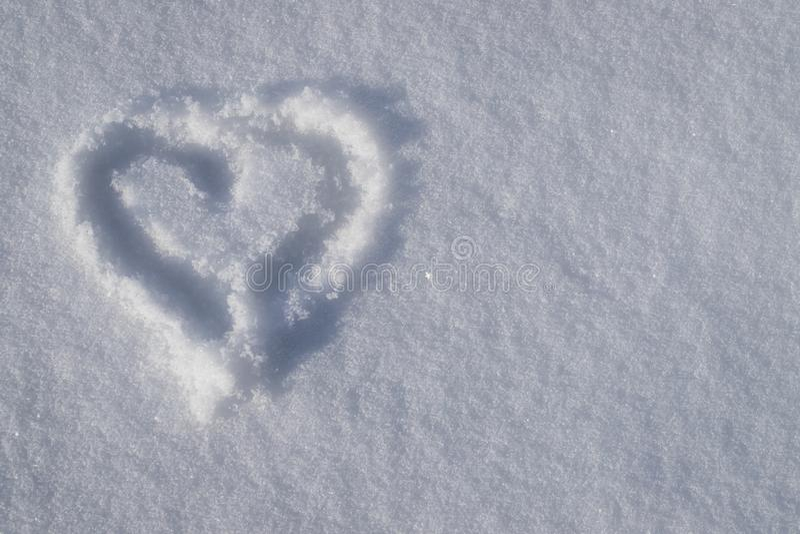 Corazón del dibujo con la sombra en nieve fotos de archivo libres de regalías