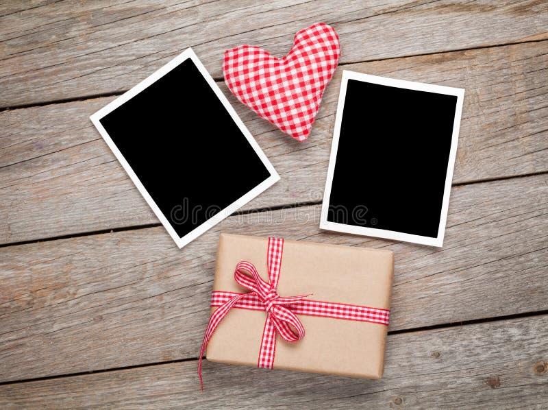 Corazón del juguete del día de tarjetas del día de San Valentín, marcos en blanco de la foto y caja de regalo fotos de archivo