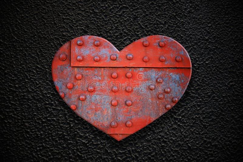 Corazón del metal en una textura oscura fotos de archivo libres de regalías