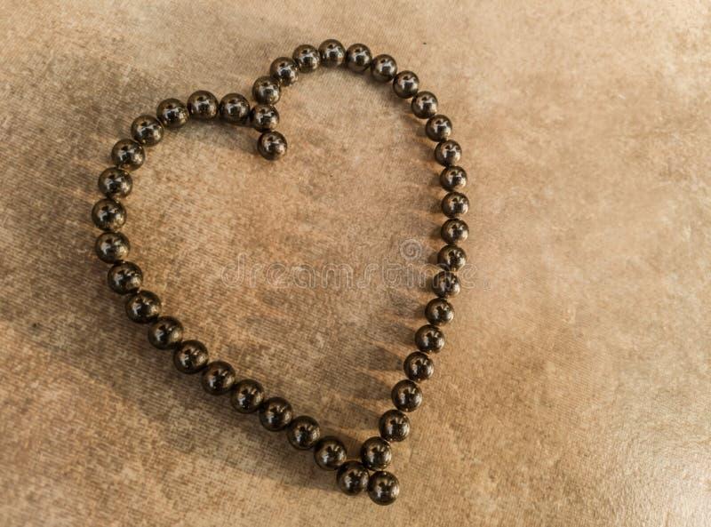 Coraz?n del s?mbolo del amor en rodamientos magn?ticos imágenes de archivo libres de regalías