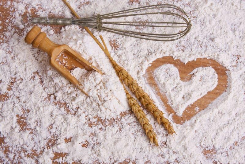 Corazón dibujado en harina de cereales fotografía de archivo libre de regalías