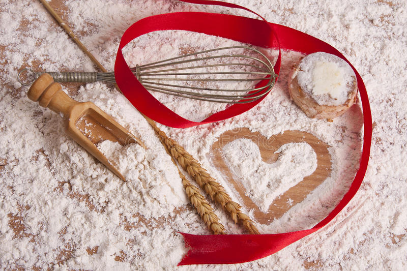 Corazón dibujado en harina de cereales imagen de archivo libre de regalías