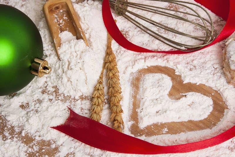 Corazón dibujado en harina de cereales imágenes de archivo libres de regalías