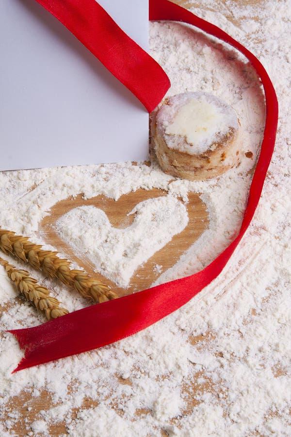 Corazón dibujado en harina de cereales fotos de archivo libres de regalías