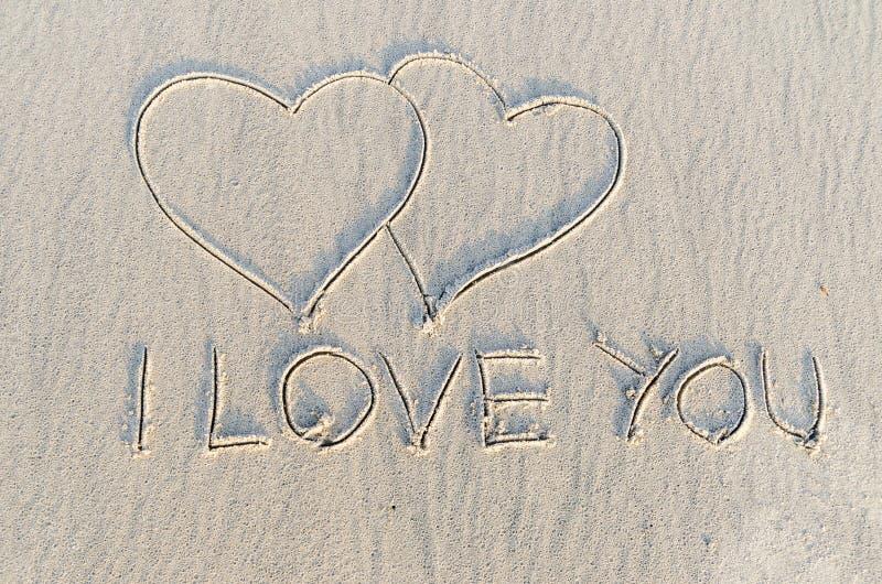 Corazón dibujado en la arena imagen de archivo