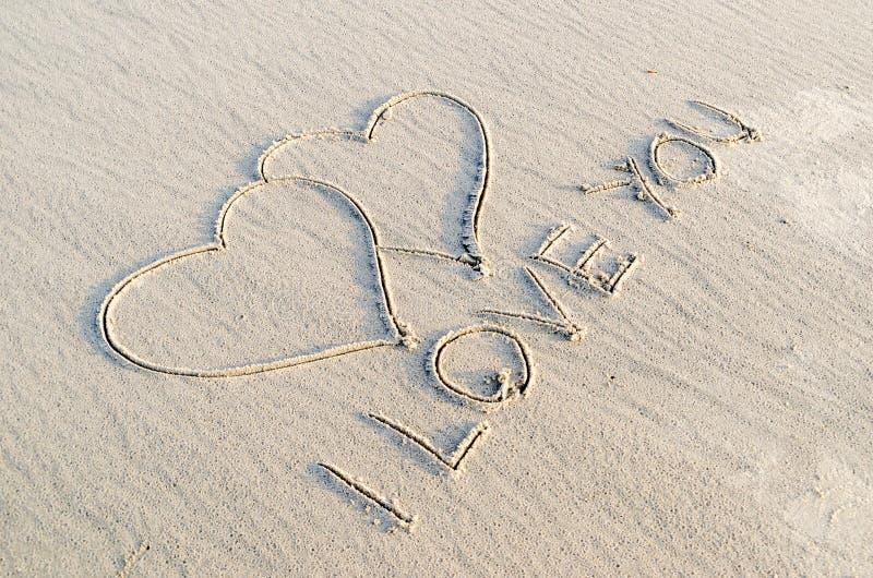 Corazón dibujado en la arena fotografía de archivo