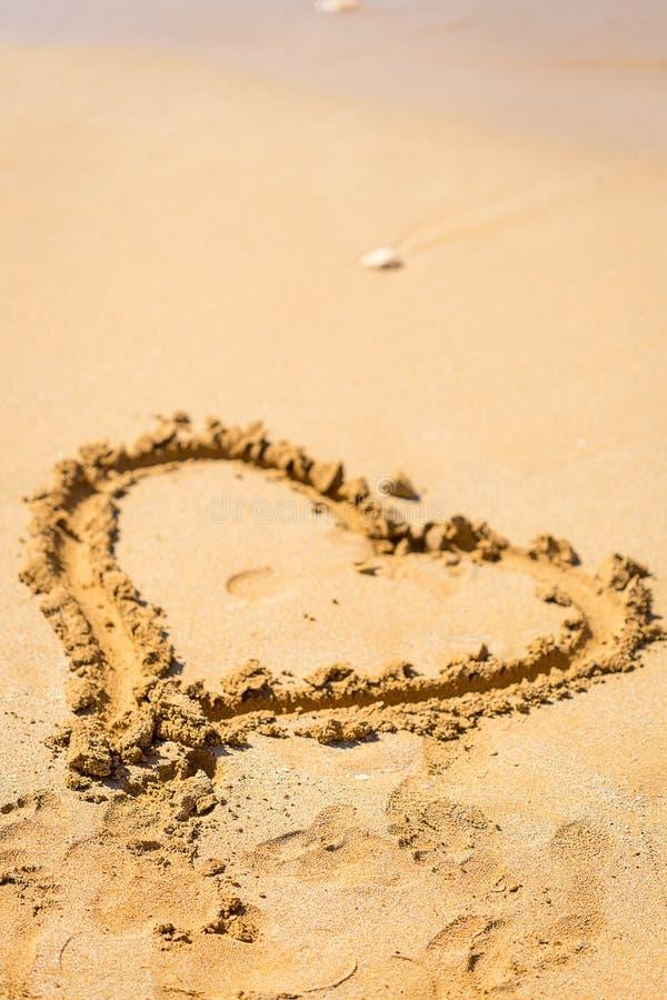 Corazón dibujado en la arena, Mauricio, concepto del amor fotos de archivo libres de regalías