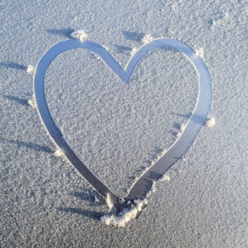 corazón dibujado en la helada en la capilla del coche foto de archivo libre de regalías