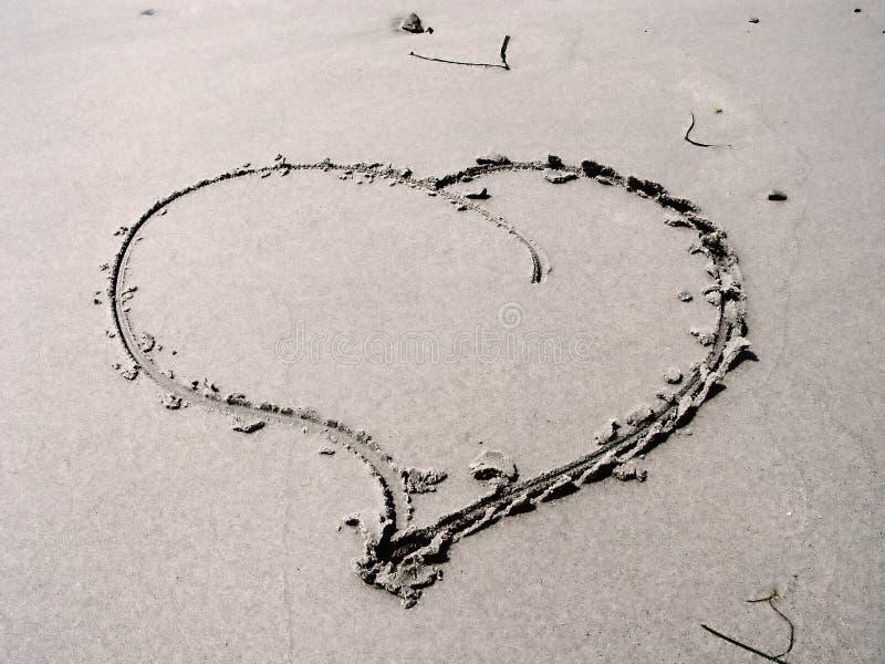 Corazón en arena foto de archivo