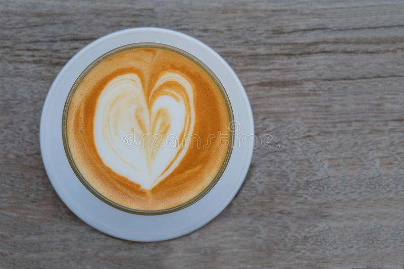 Corazón en café caliente fotografía de archivo