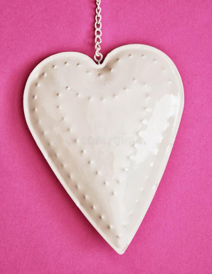 Corazón en el fondo de papel rosado, el día del metal blanco de tarjeta del día de San Valentín foto de archivo libre de regalías