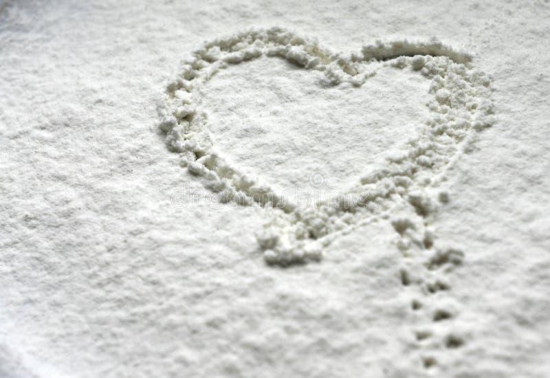 Corazón en harina de la nieve fotografía de archivo libre de regalías