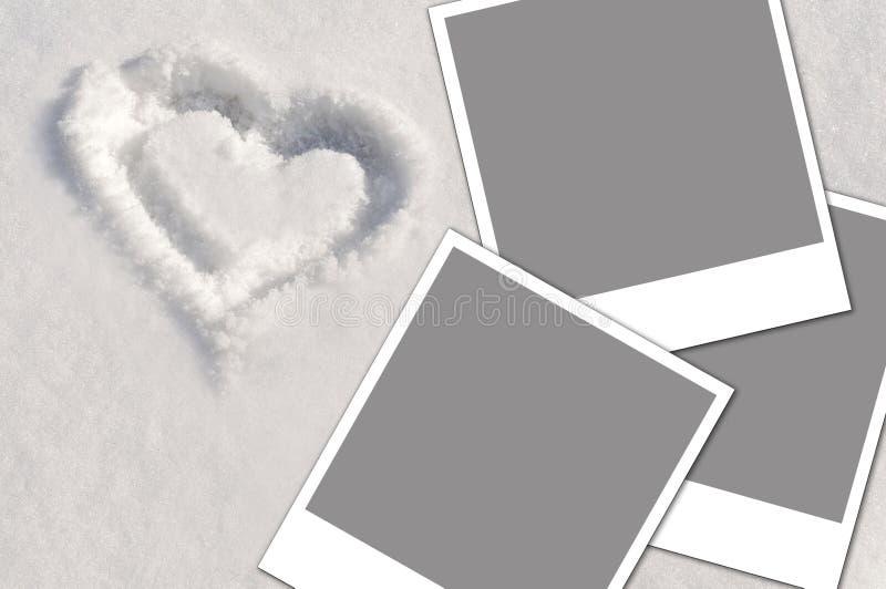 Corazón en la nieve y las fotos imágenes de archivo libres de regalías