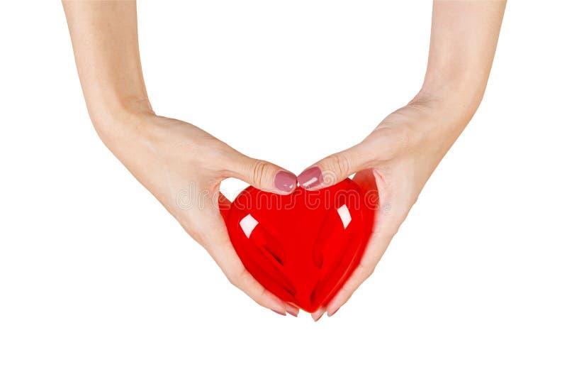 Corazón en las manos aisladas en el fondo blanco imagen de archivo