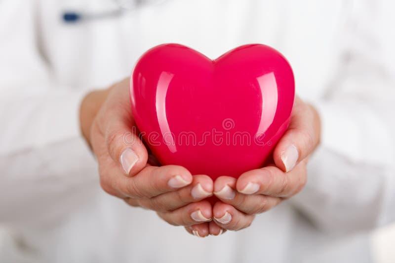 Corazón en manos imagen de archivo libre de regalías
