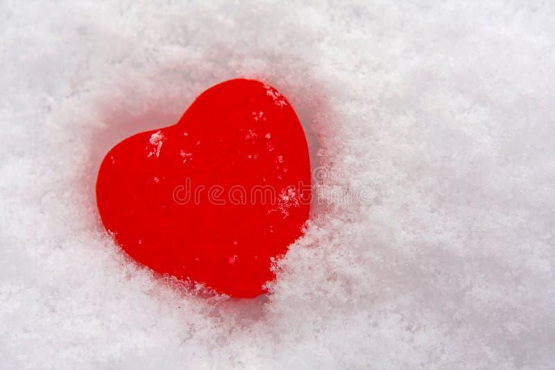 corazón en nieve imagen de archivo