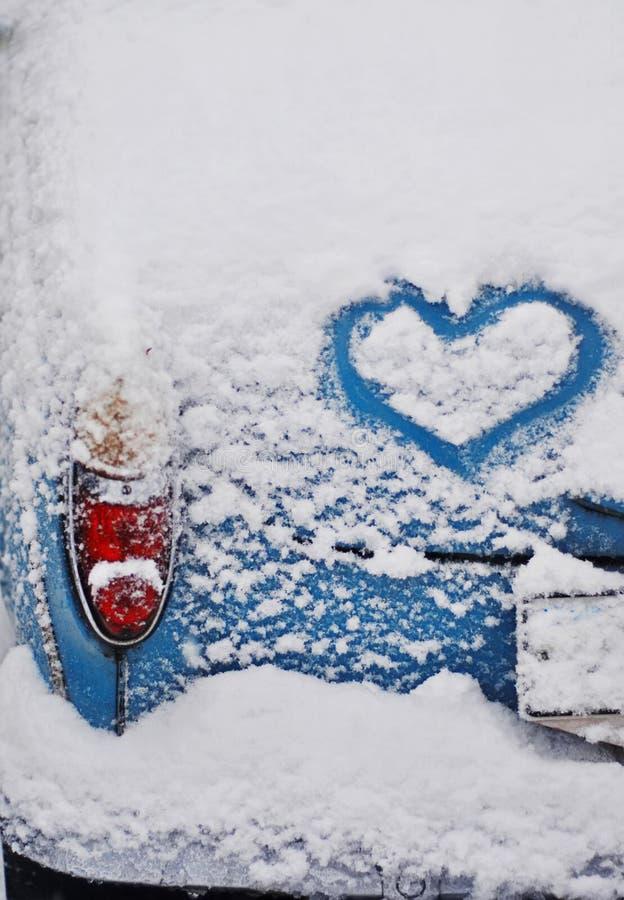 Corazón en un coche imagenes de archivo