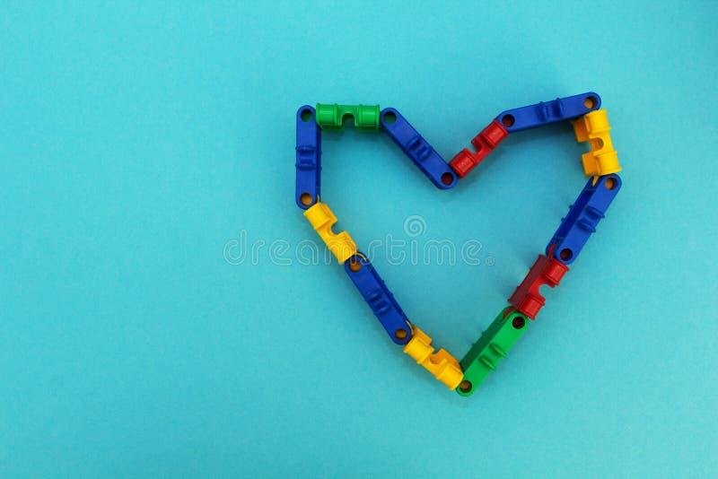 Corazón en un fondo azul de los cubos del constructor de a fotos de archivo libres de regalías