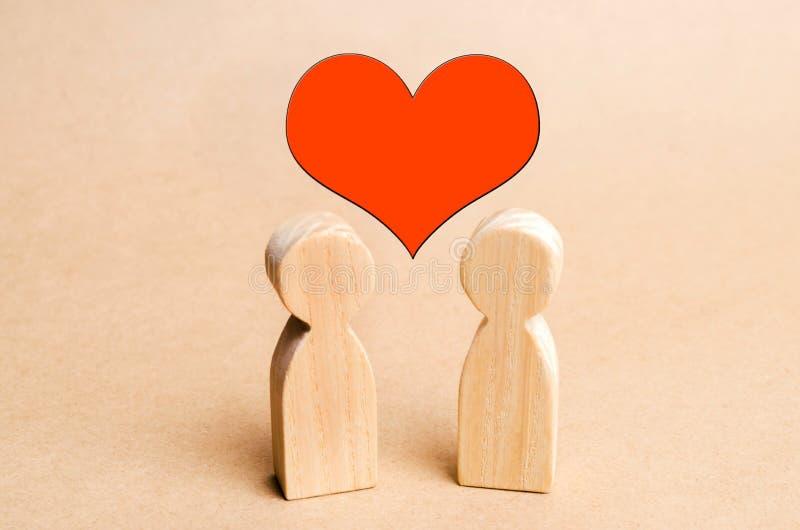 Corazón entre la gente, el concepto de amor, un par joven en amor, una búsqueda para la segunda mitad, una historia romántica, se foto de archivo