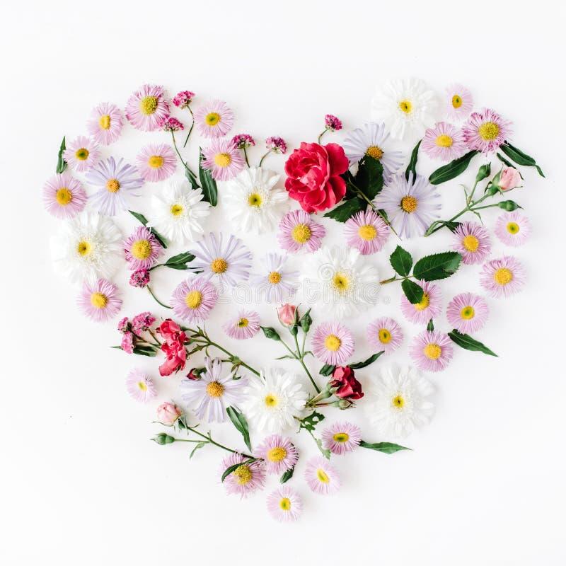 Corazón hecho con las rosas, las manzanillas y la peonía fotos de archivo