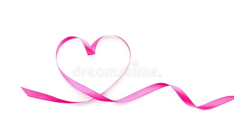 Corazón hecho de cinta rosada en el fondo blanco imagen de archivo libre de regalías