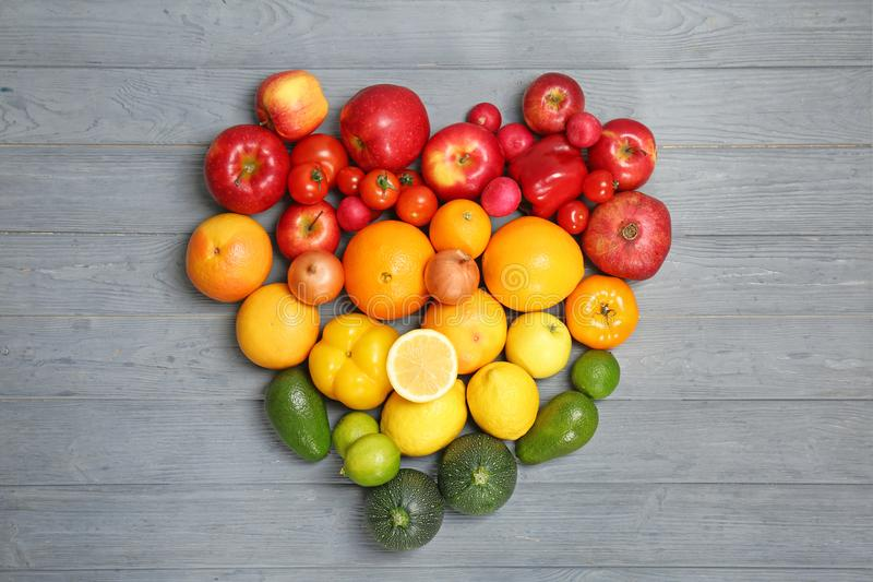 Corazón hecho de frutas y verduras maduras imágenes de archivo libres de regalías