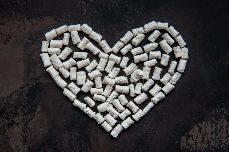 Corazón hecho de la melcocha blanca del corazón, decoración para el amor fotografía de archivo libre de regalías