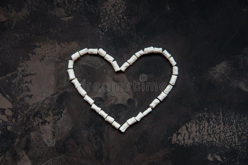 Corazón hecho de la melcocha blanca del corazón, decoración para el amor imagen de archivo libre de regalías