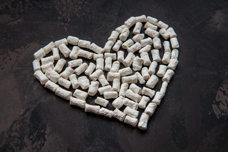 Corazón hecho de la melcocha blanca del corazón, decoración para el amor imágenes de archivo libres de regalías