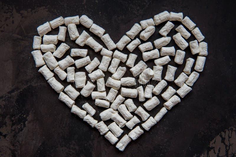 Corazón hecho de la melcocha blanca del corazón, decoración para el amor foto de archivo libre de regalías