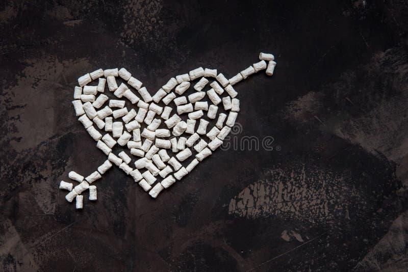 Corazón hecho de la melcocha blanca del corazón, decoración para el amor fotografía de archivo