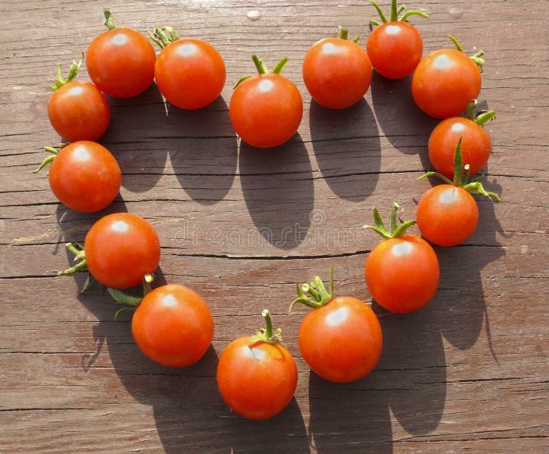 Corazón hecho de los pequeños tomates foto de archivo libre de regalías